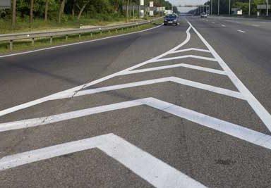 Что такое островок безопасности на дороге, можно ли заезжать и парковаться на разметке?