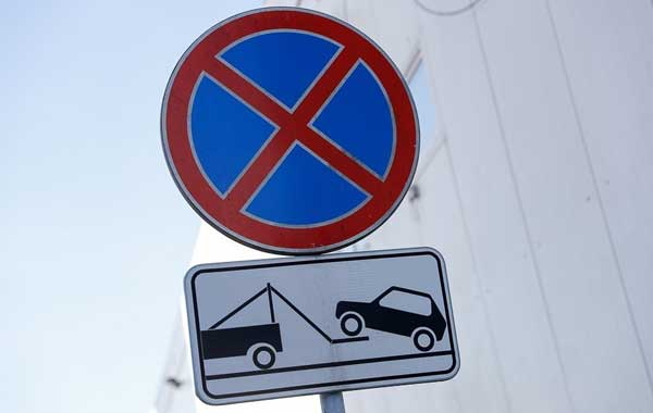 Эвакуация машины за остановку в зоне действия знака 3.27 - Остановка запрещена
